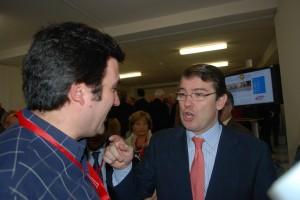 El Presidente de La Casa de Zamora, conversando con el consejero de Interior y Justicia del gobierno de Castilla y León, Alfonso Fernández Mañueco